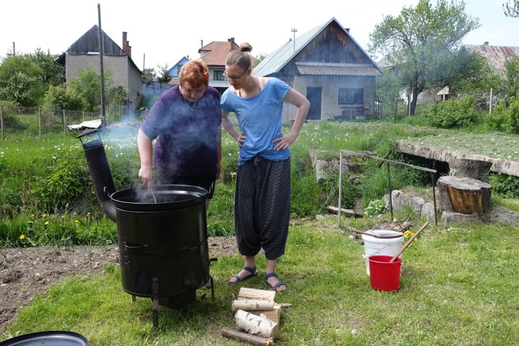 Gulasch wird in der Gartenküche gemacht - faszinierend!