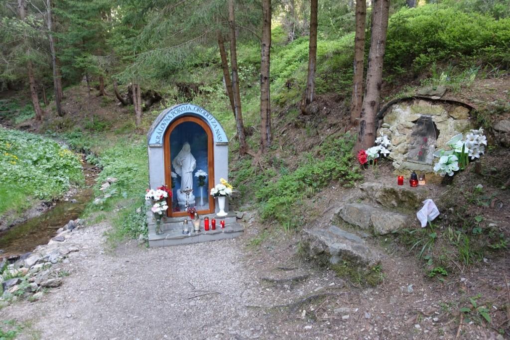 kleine Kapelle im Wald