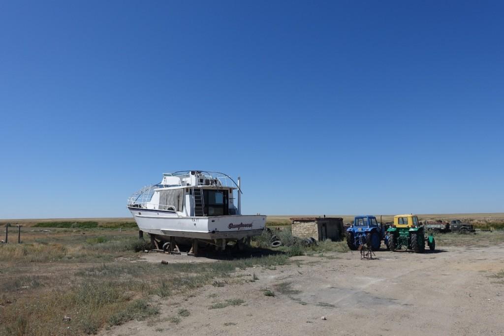das Boot hinter dem Cafezi - ob das Wasser je so hoch stand? ;-)