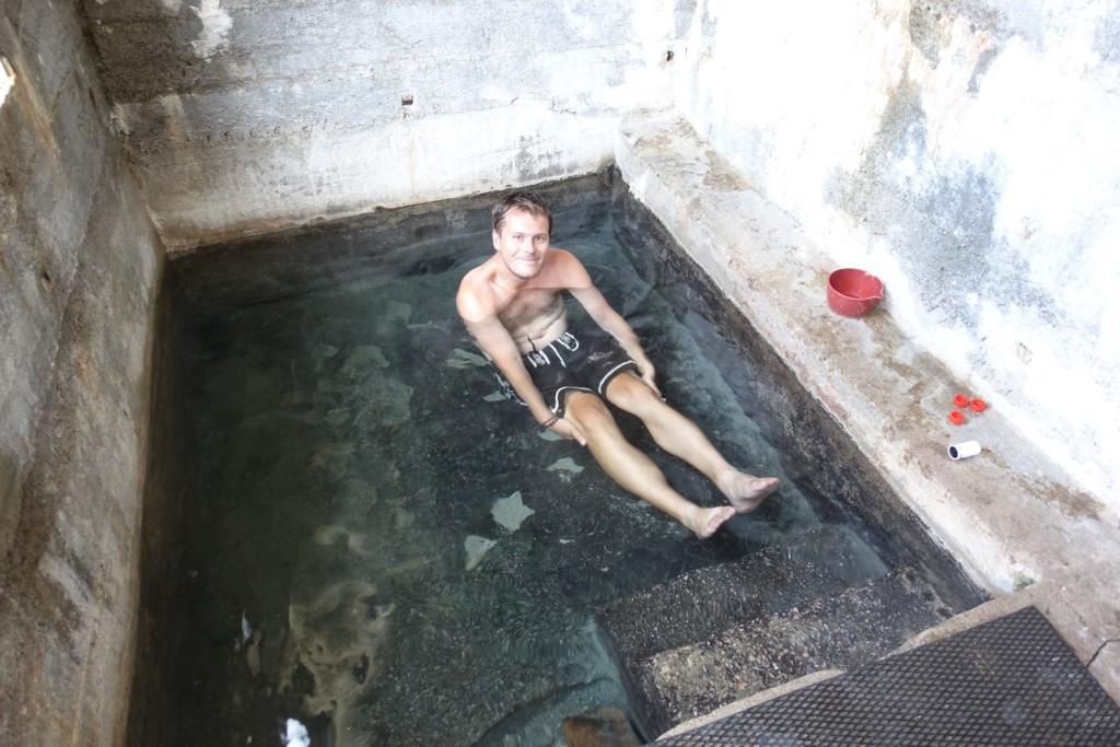 eine große, etwas grauslige Badewanne