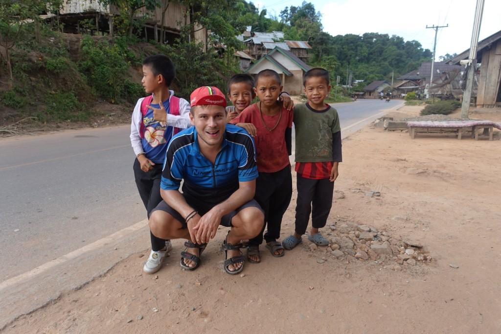 Stefan mit einigen sehr tapferen Kindern