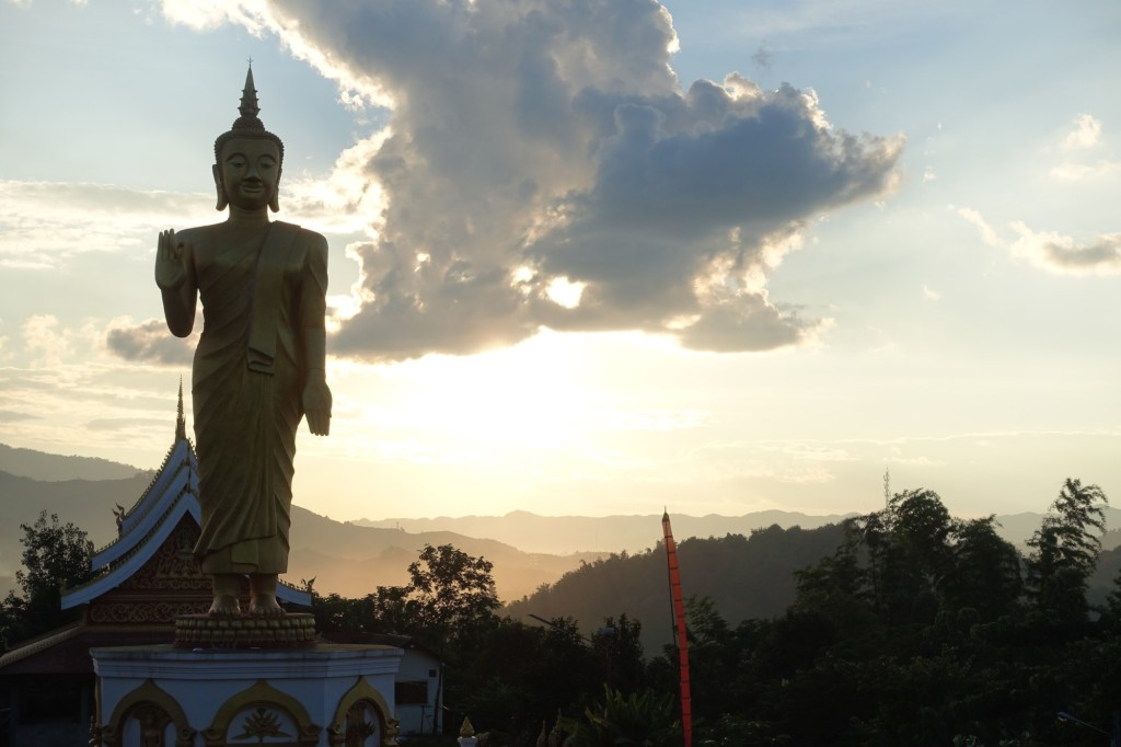 die Buddhastatue beim Tempel